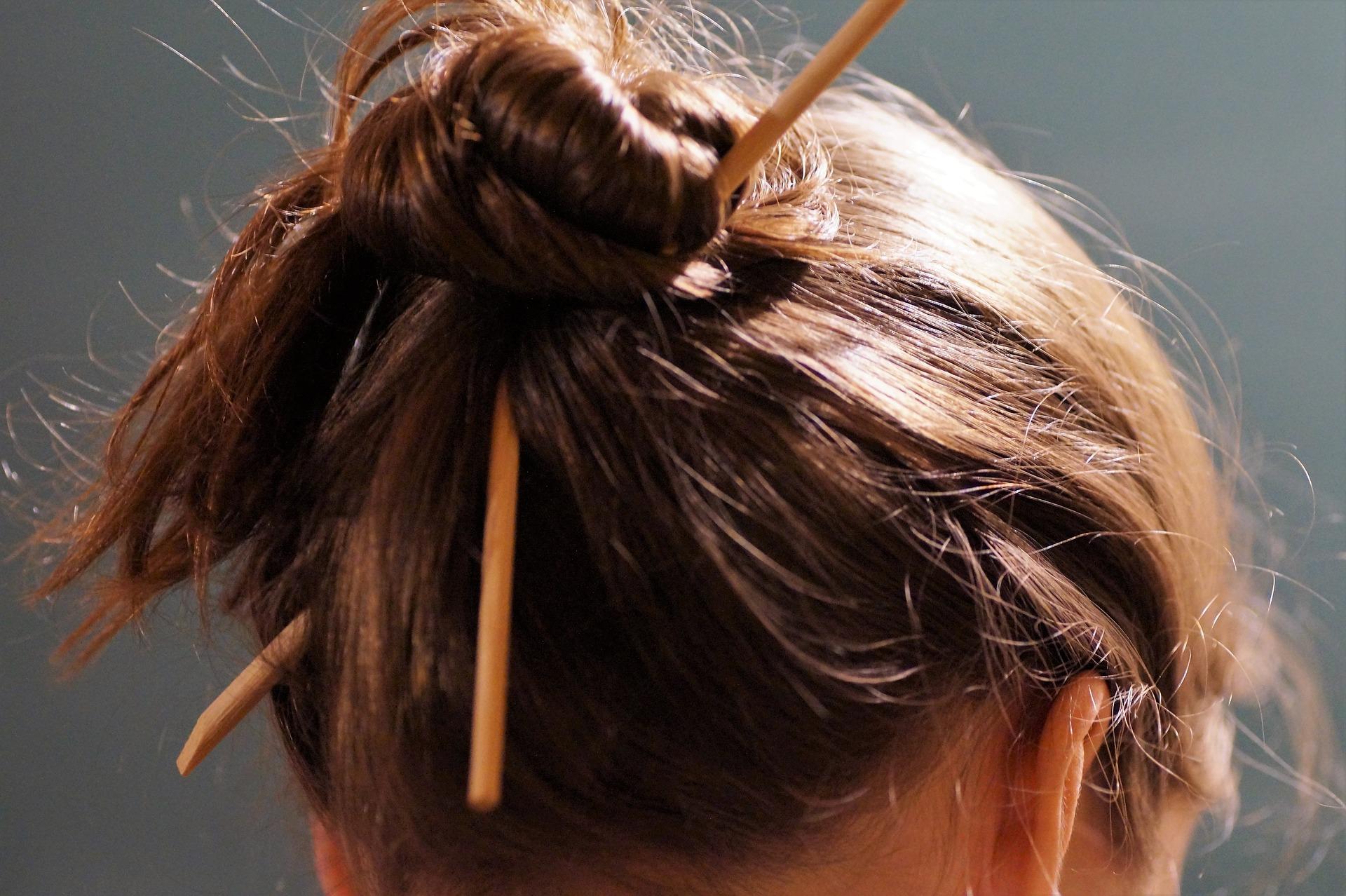 nauka hiszpańskiego poprzez związki frazeologiczne: por los pelos