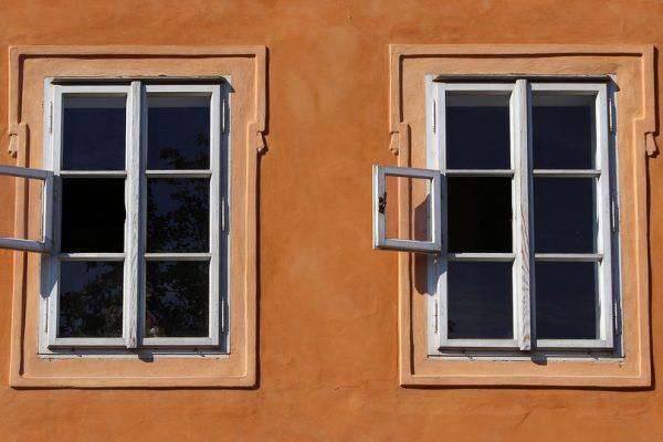 tirar la casa por la ventana